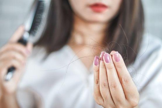 Padání vlasů po porodu a při kojení