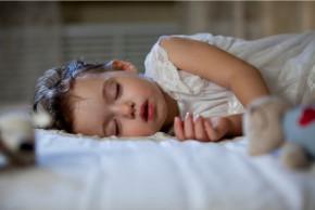 Důležitá role spánku u batolat