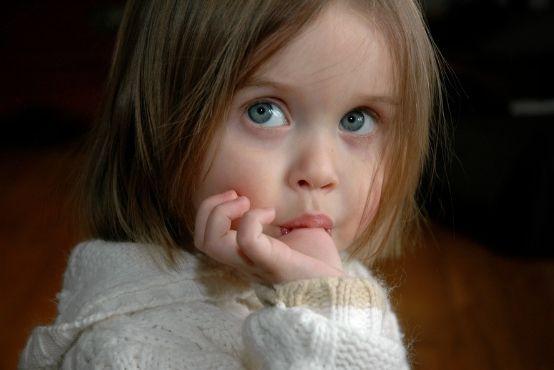 Kousání nehtů, cucání palce a další dětské zlozvyky. Chcete se jich zbavit?