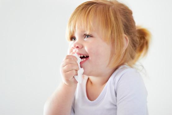 Co dělat, když dítěti teče krev z nosu?
