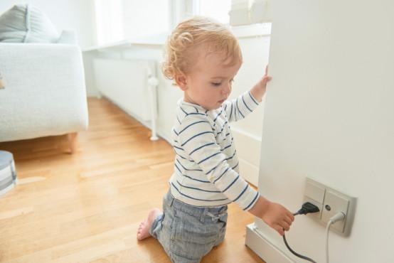 Co dělat, když je dítě zasaženo elektrickým proudem?