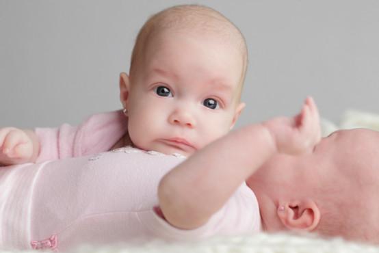 Jak na porod, krmení a spánek dvojčat a trojčat