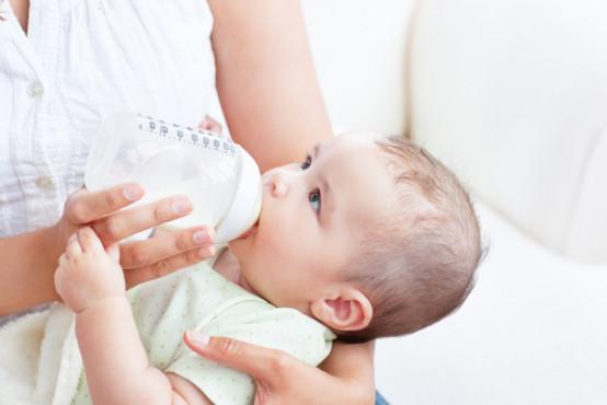 Přechod na umělé mléko: co dělat, když ho vaše dítě odmítá?