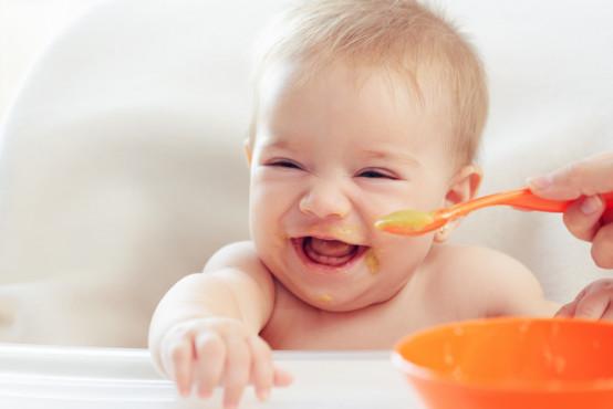 První příkrmy: kdy začít kojence přikrmovat?
