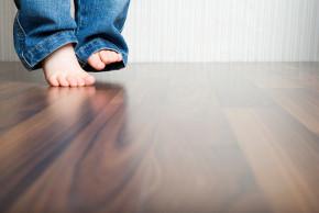 Má vaše děťátko plochou nohu, nebo mu hrozí? Otestujte to.
