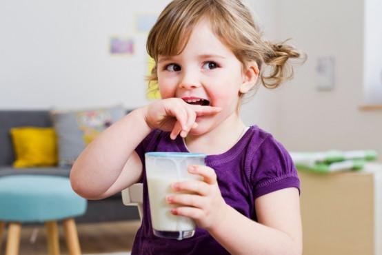 Dávat dětem kravské mléko, nebo batolecí mléko?