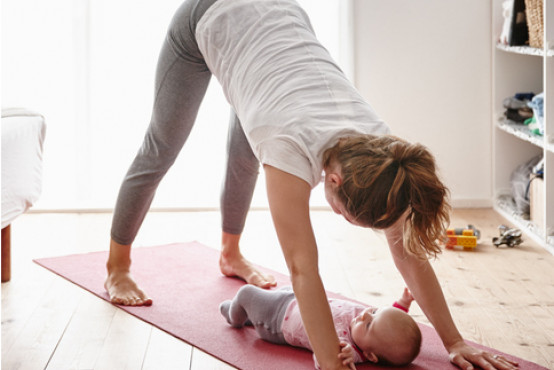 Cvičení po porodu: 10 tipů na domácí cviky, kterými zpevníte postavu