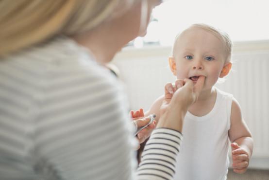 Růst zubů u dětí: jak postupně rostou zoubky [infografika]
